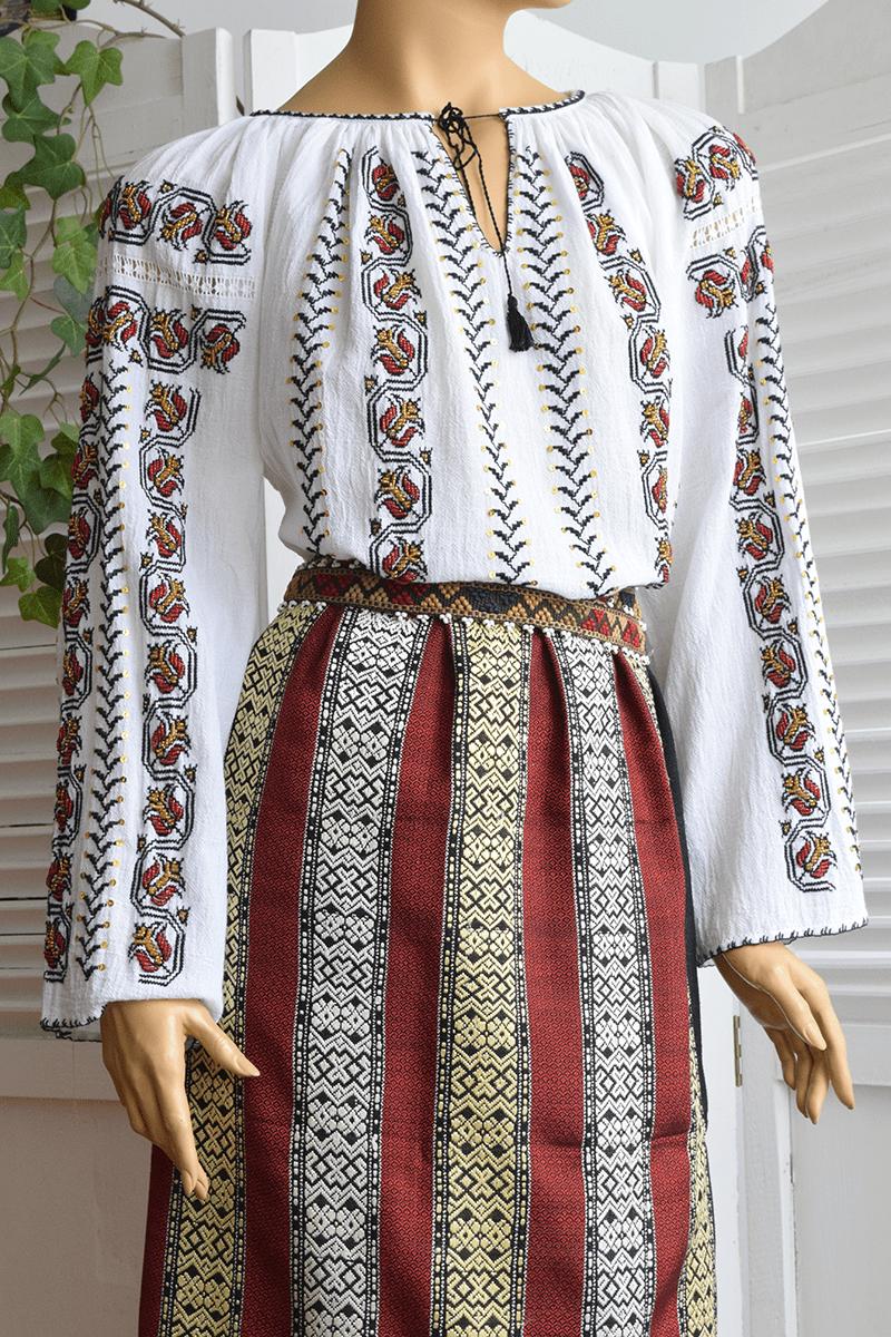 Ie Romaneasca Lalele Rosii 1